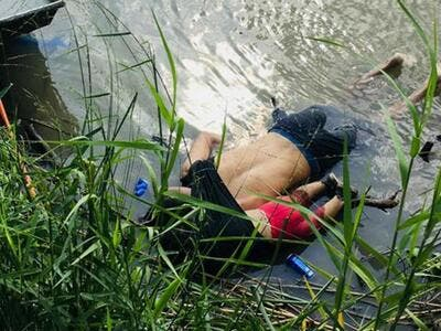 View of the bodies of Salvadoran migrant Oscar Martinez Ramirez and his daughter, who drowned while trying to cross the Rio Grande in Matamoros, state of Coahuila on June 24, 2019. (STR / AFP)