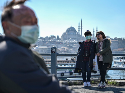 Tourists with facemasks at the Istanbul's Galata Bridge, 13 March 2020 (AFP Photo)