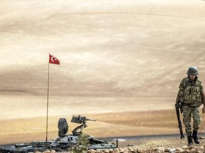 A Turkish soldier patrols a southern Syrian border town Sept. 30, 2014. Turkey may send troops to Tripoli if requested to do so. (AFP Photo)