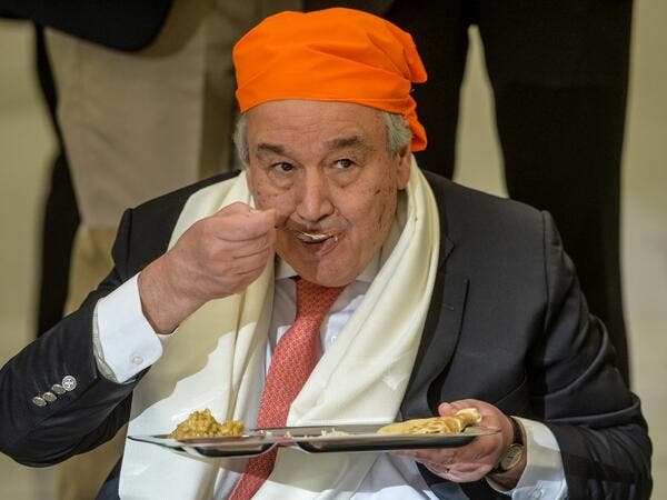 United Nations Secretary-General Antonio Guterres eats food at the Langar Khana during his visit of the Sikh Shrine of Baba Guru Nanak Dev at Gurdwara Darbar Sahib in Kartarpur near the Pakistan-India border, on February 18, 2020. Aamir QURESHI / AFP
