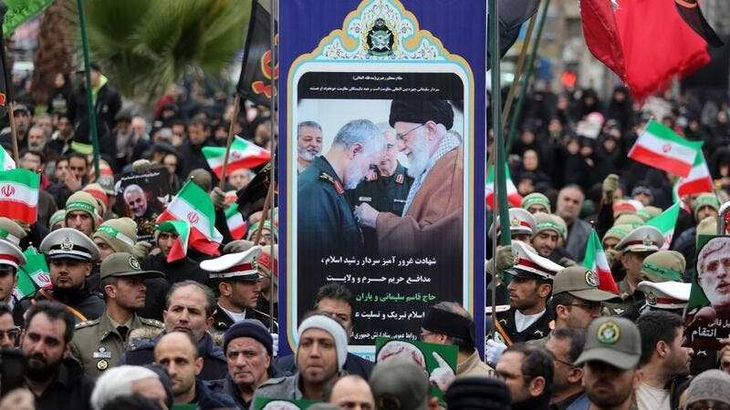 A placard bearing an image of slain Iranian military commander Qasem Soleimani (L) and with the supreme leader of the Islamic republic, Ayatollah Ali Khamenei is carried by Iranians during an anti-US protest over the killings during a US air stike of Iranian military commander Qasem Soleimani and Iraqi paramilitary chief Abu Mahdi al-Muhandis, in the capital Tehran on January 4, 2020. (AFP/ File Photo)