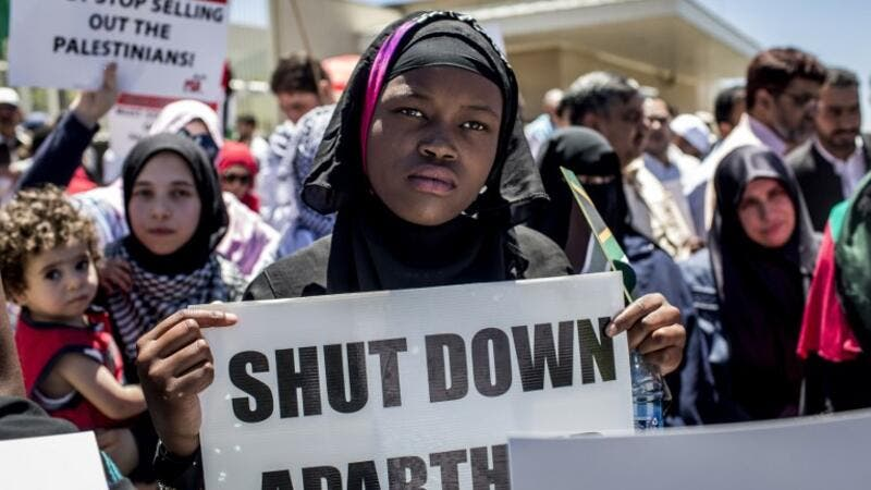 Members of pro-Palestinian groups, the Young Communist League, the Ahmed Kathrada Foundation, civil society groups and others demonstrate outside the U.S. Consulate General in Sandton, Johannesburg, on Dec.14, 2017, to protest against the recent decision by Donald Trump to move the U.S. embassy to Jerusalem (GULSHAN KHAN / AFP)