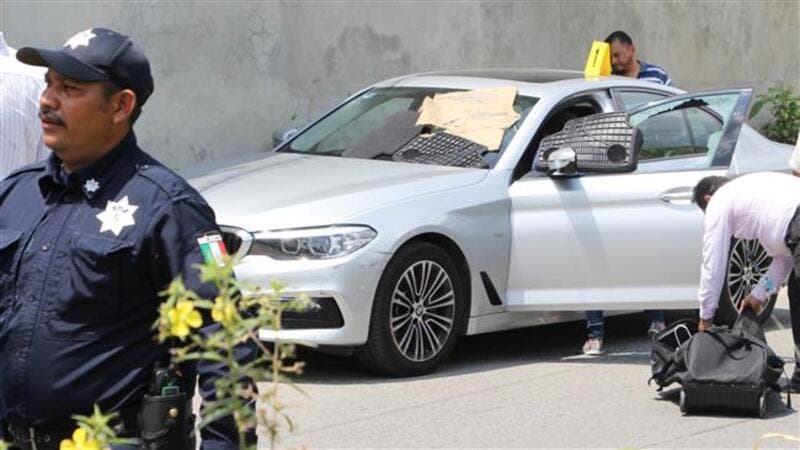 Police and forensic personnel work near the car in which Mexican radio and television journalist Juan Carlos Huerta was killed in Villahermosa, Mexico, on May 15, 2018. (AFP Photo)