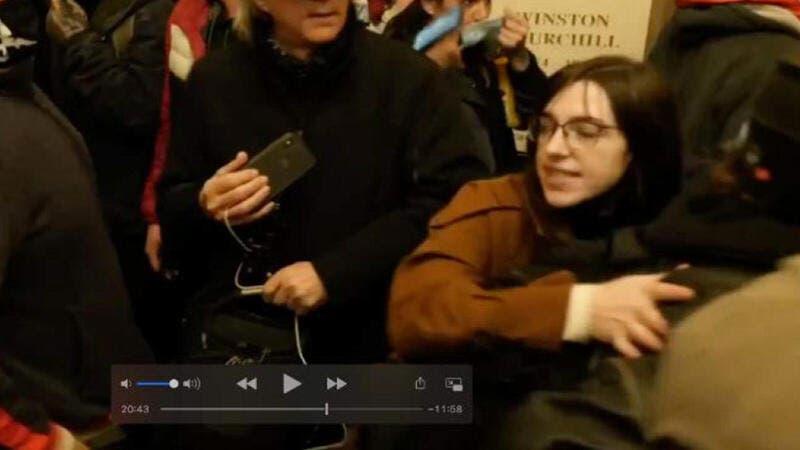 فتاة من مقتحمي الكونغرس سعت لبيع حاسوب بيلوسي للمخابرات الروسية