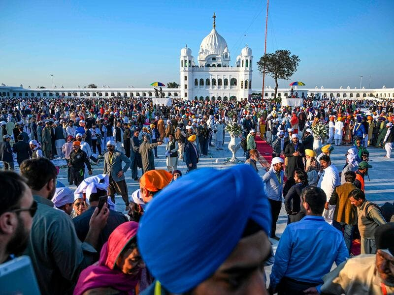 Hundreds of Indian Sikhs make historic pilgrimage to Pakistan (Twitter)