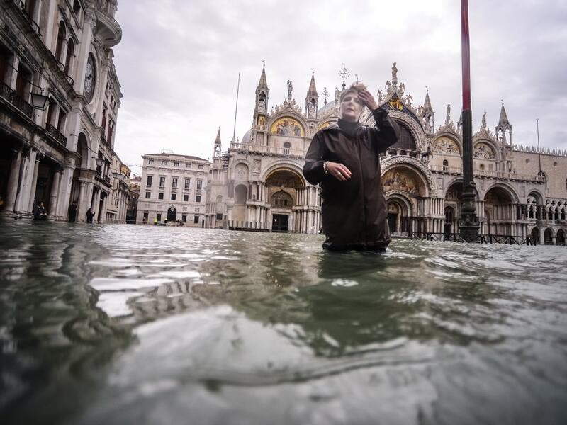 Venice hit by another ferocious high tide, flooding city (Twitter)
