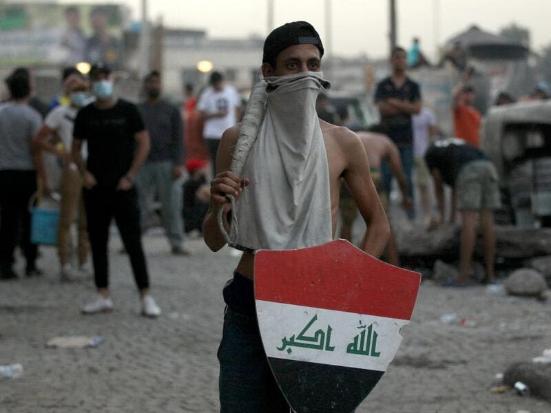 Iraqi demonstrators clash with security forces in al-Tayaran square in central Baghdad on July 27, 2020 during the ongoing anti-government protest due to poor public services. Ahmad AL-RUBAYE / AFP