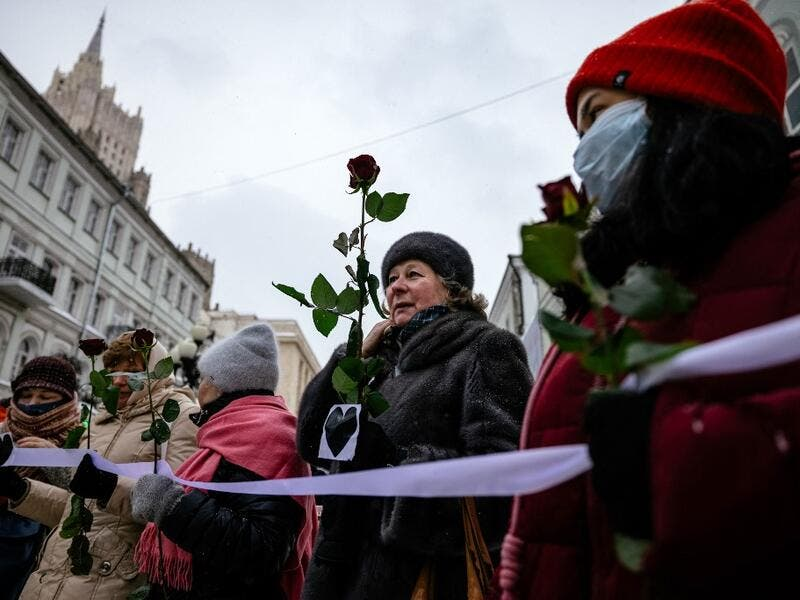Several hundred women formed a human chains in Moscow and Saint Petersburg using Valentine's Day to express support for the wife of jailed opposition leader Alexei Navalny and political prisoners. Dimitar DILKOFF / AFP