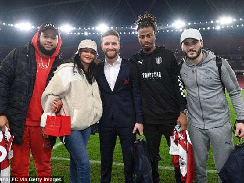 The brunette beauty posed arm-in-arm with the Arsenal players Shkodran Mustafi and Sead Kolašinac, as she brought her brother Rorrey along for the ride (Source: Arsenal FC via Getty Images)