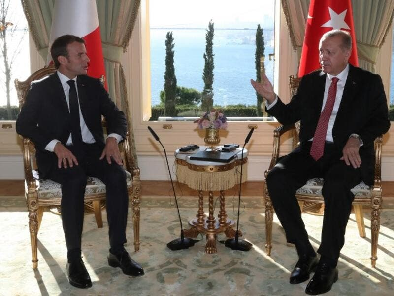 French President Emmanuel Macron (L) speaks with Turkish President Recep Tayyip Erdogan during their meeting at Vahdettin Mansion in Istanbul on October 27, 2018. (Kayhan OZER / AFP / POOL)