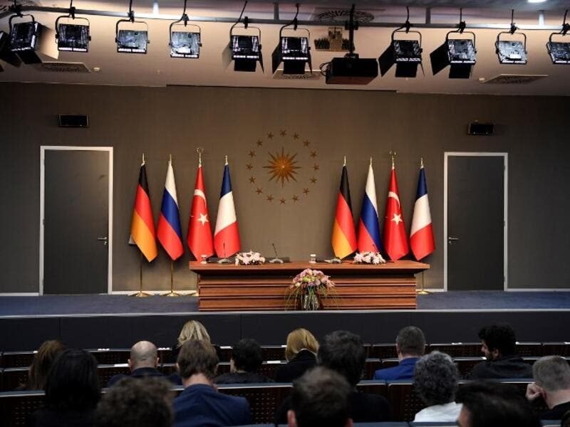 "People sit in front of an empty stage ahead of a meeting during the ""Four-way Istanbul summit on Syria"", at Vahdettin Mansion in Istanbul, on October 27, 2018. (Bertrand GUAY / AFP)"