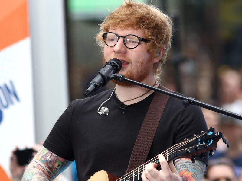 Ed Sheeran performing, sans fractured wrists. (JStone / Shutterstock.com)