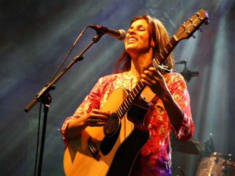 Souad Massi performing. (Schorle / Wikimedia Commons)