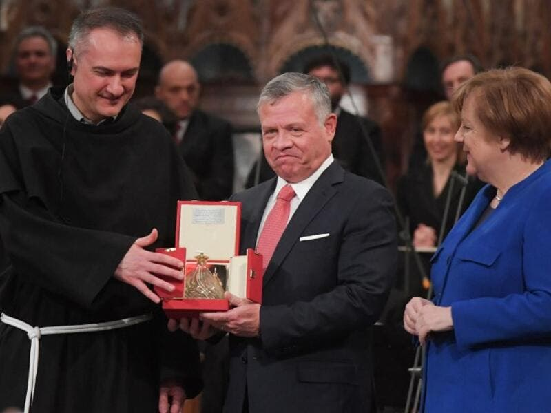 "King Abdullah II of Jordan (C) receives from Guardian of the Sacred Convent of Assisi, Father Mauro Gambetti (L) the Lamp of the Peace of St. Francis, the ""Catholic Nobel"". (AFP/ File)"