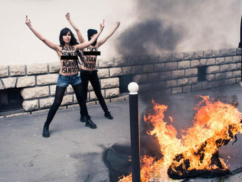 FEMEN-ists burning Salafi flag in Paris