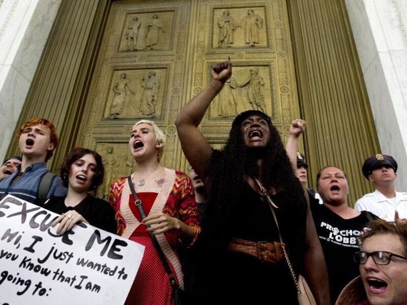 Demonstrators block the main entrance door as they take the steps of the US Supreme Court to protest against the appointment of Supreme Court nominee Brett Kavanaugh in Washington DC, on October 6, 2018. (Jose Luis Magana / AFP)