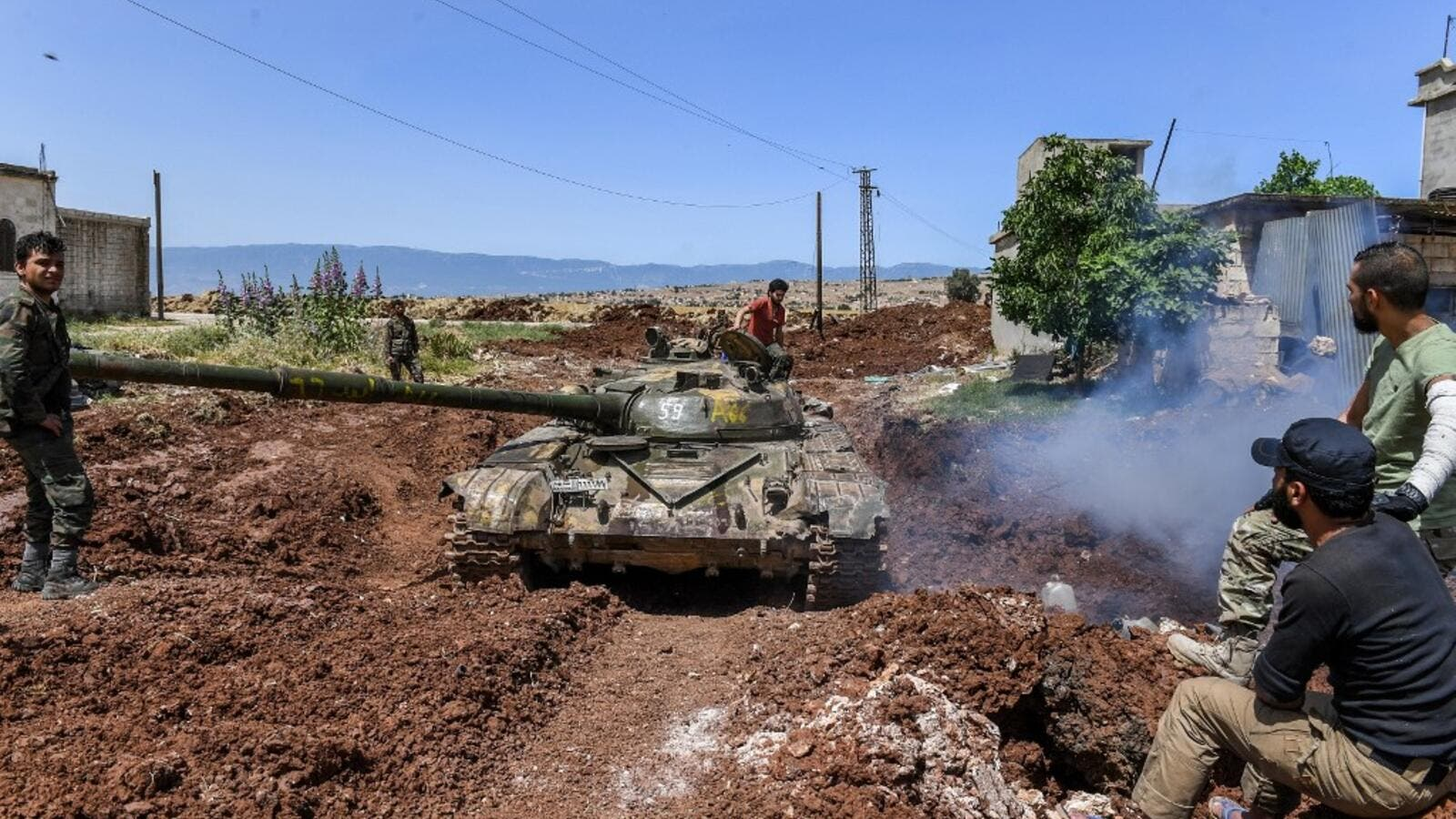 A Syrian government forces' tank navigates through the village of al-Jabiriya in the northern countryside of Hama province on May 25, 2019. (George OURFALIAN / AFP)