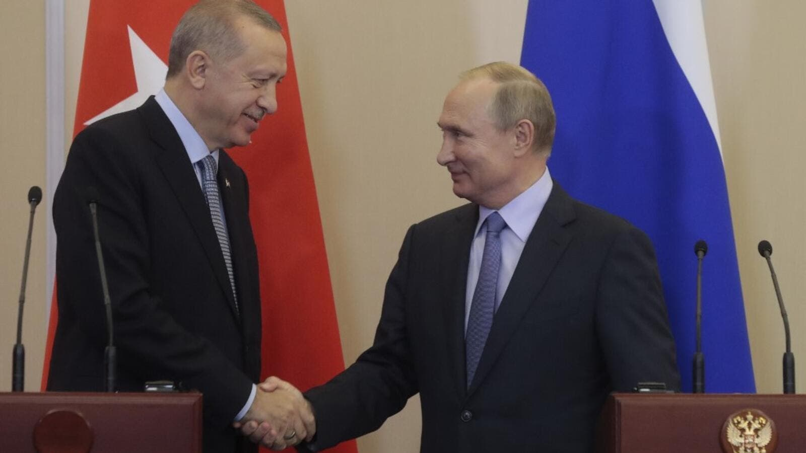 Russian President Vladimir Putin (R) and his Turkish counterpart Recep Tayyip Erdogan shake hands during a joint press conference following their talks in the Black sea resort of Sochi on October 22, 2019. (Sergei CHIRIKOV / POOL / AFP)