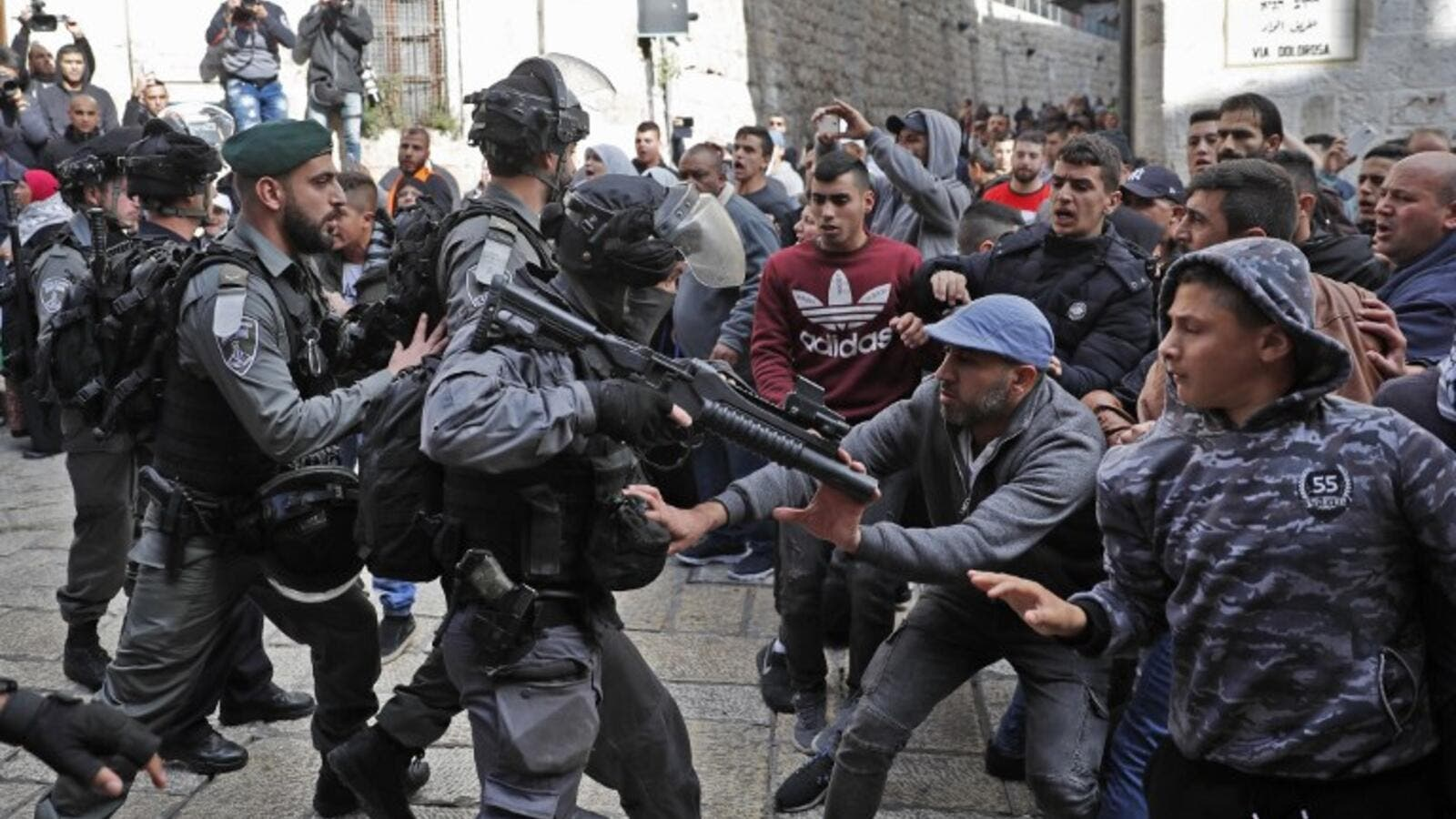 Israeli security forces and Palestinian protesters confront each other in Jerusalem's Old City on Dec. 15, 2017 (Thomas COEX / AFP)