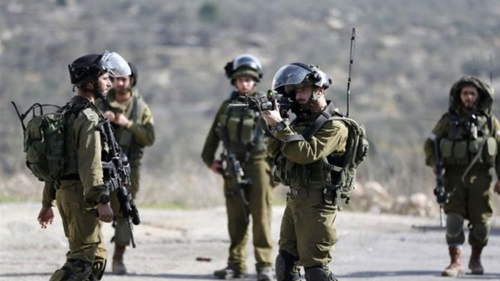 Israeli troops arrest on Palestinian trying to cross into Israel (AFP/File Photo)