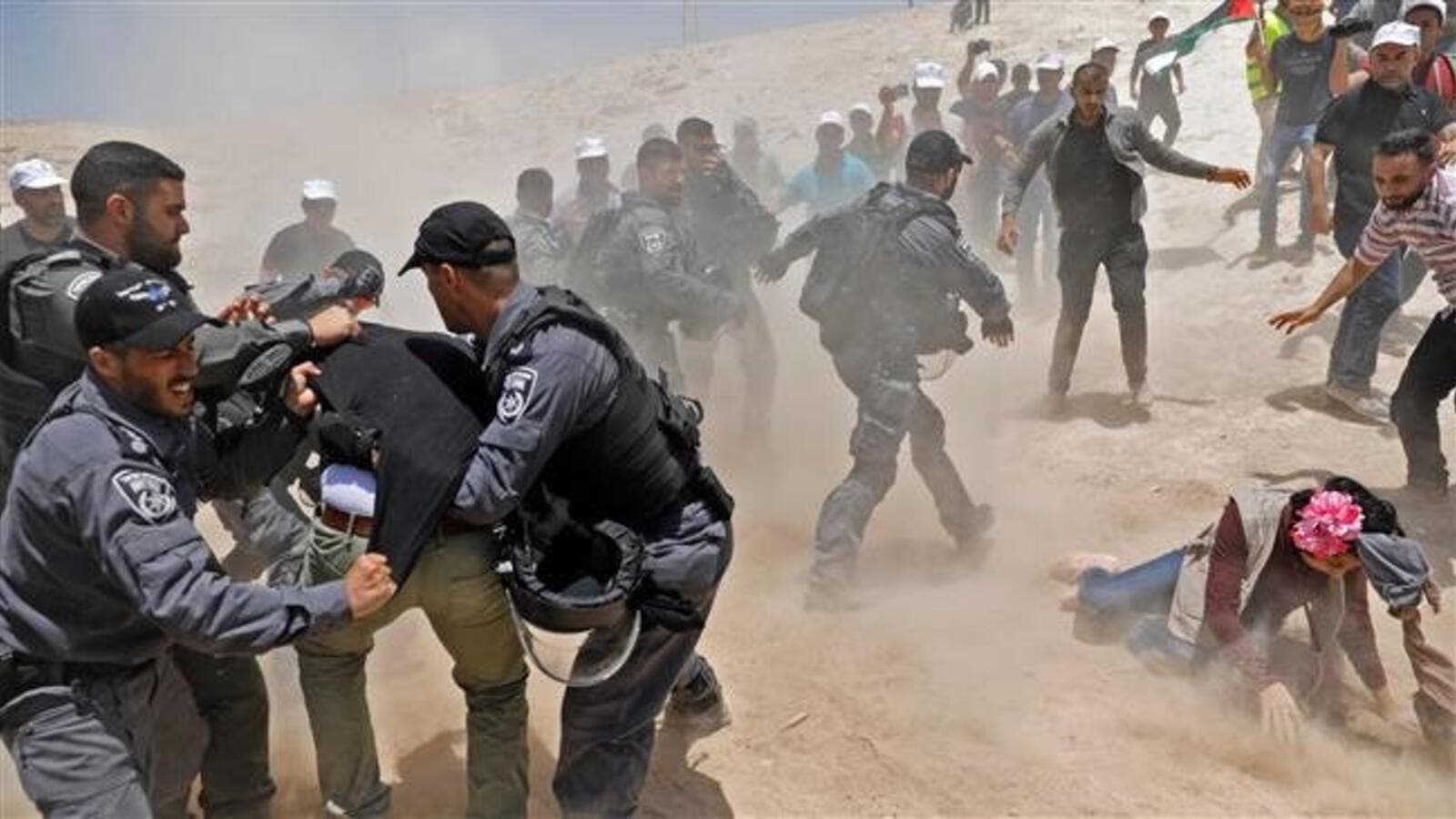Protesters clash with Israeli police in the Palestinian Bedouin village of Khan al-Ahmar in the occupied West Bank on July 4, 2018. (AFP photo)
