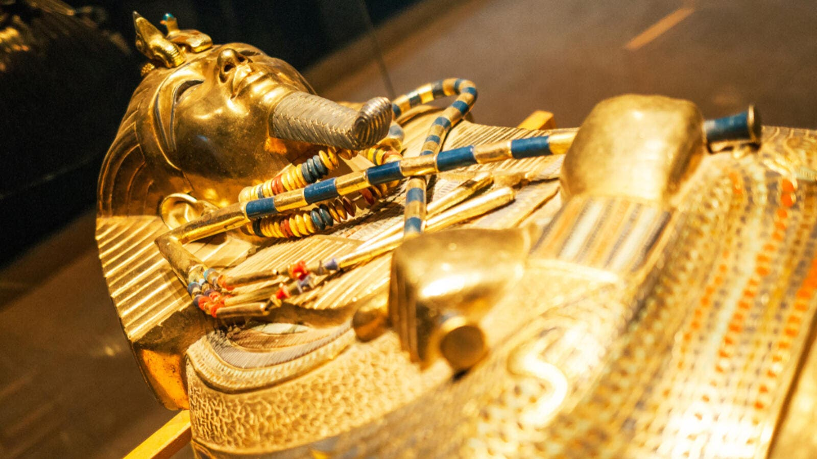 Original gold mask of the pharaoh in museum (Shutterstock)