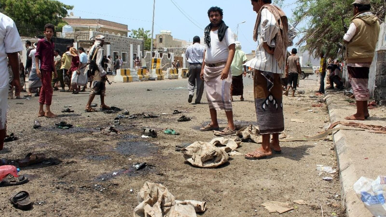 Onlookers gather at the site of a Daesh-group claimed twin bombing that targeted Yemeni forces in the southern city of Aden on May 23, 2016 (AFP/Saleh Al-Obeidi)