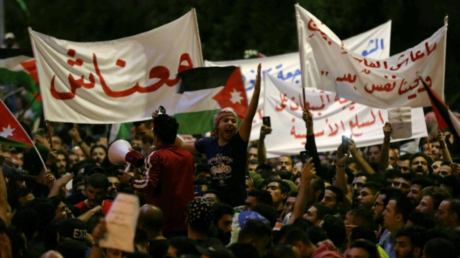 Unionists pressured by crowd to resume protests. (AFP/ Khalil MAZRAAWI)