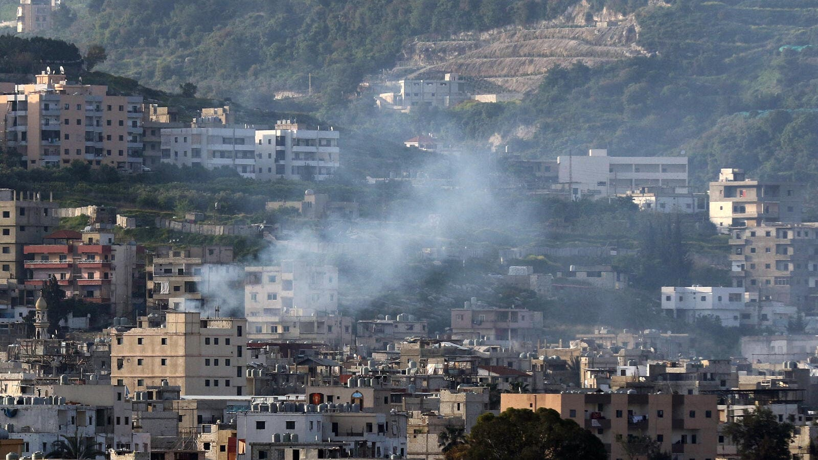 Smoke rises from clashes in Lebanon's Ain al-Hilweh's Palestinian refugee camp, 8 April 2017. (AFP/Mahmoud Zayyat)