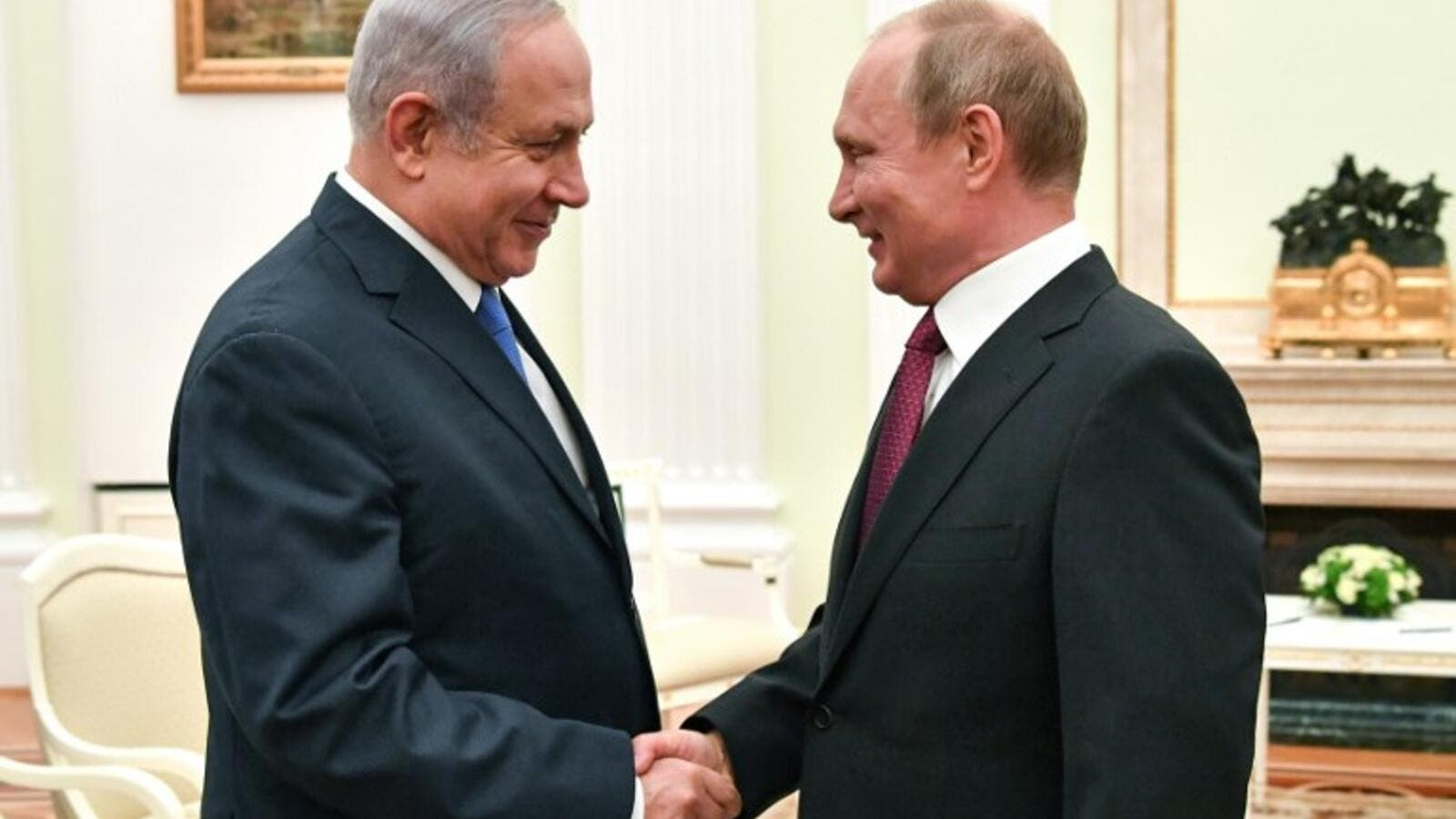 Russian President Vladimir Putin (R) shakes hands with Israeli Prime Minister Benjamin Netanyahu during their meeting at the Kremlin in Moscow. (AFP/File)