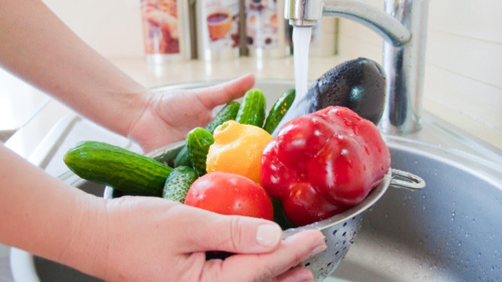 4 طرق لتعقيم الخضروات والفواكه جيداً في رمضان | البوابة
