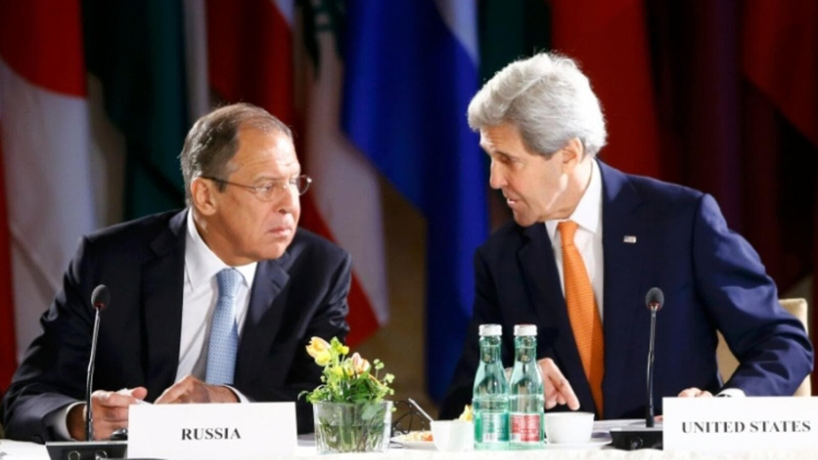 Russian Foreign Minister Sergei Lavrov (L) and US Secretary of State John Kerry lead talks on Syria on May 17, 2016 in Vienna. (AFP/File)