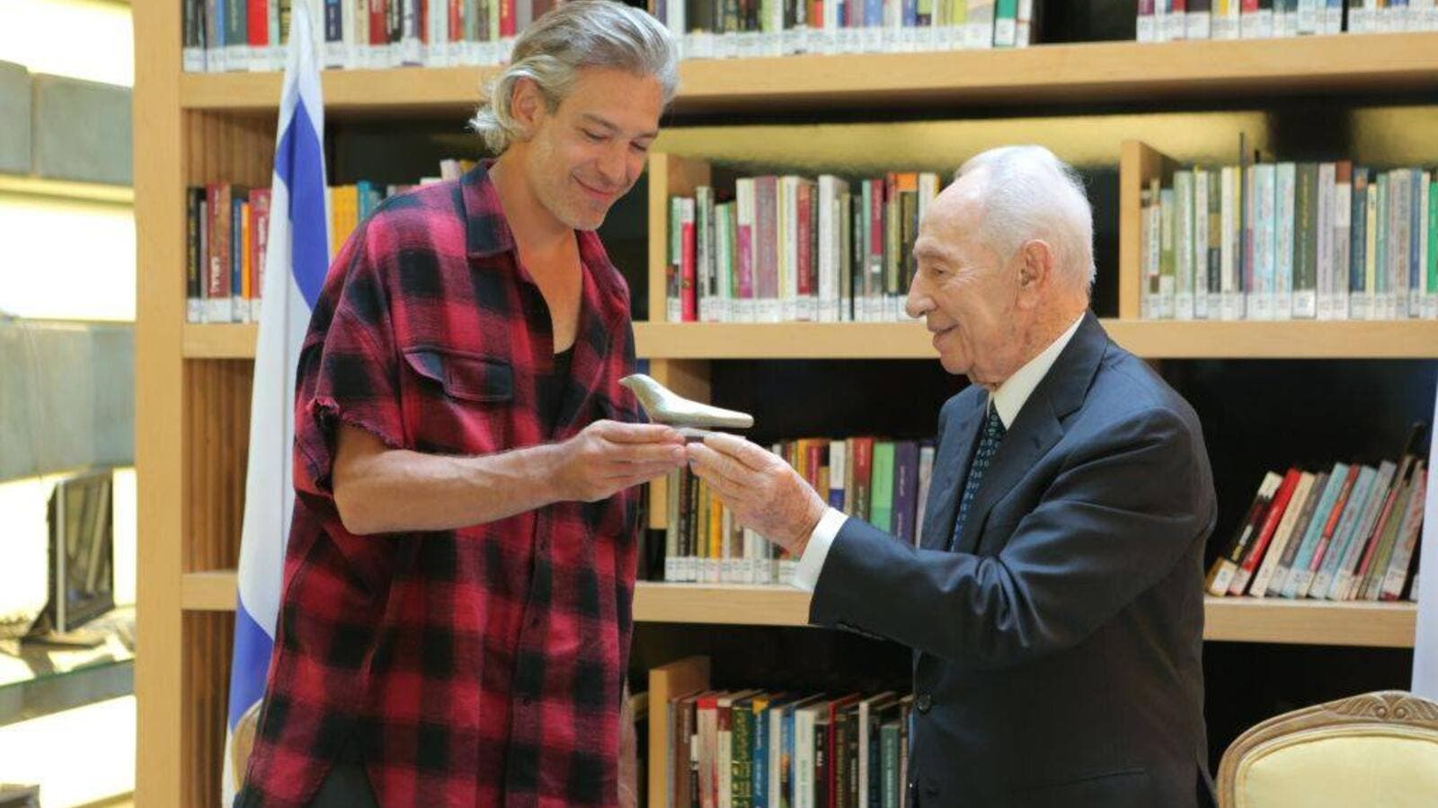 Matisyahu with the late Israeli President Shimon Peres. (Facebook)