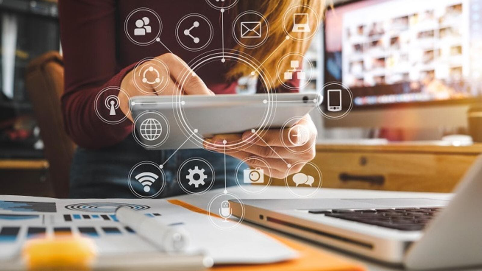 Artificial intelligence (AI) and chatbots rank among the top 10 trends in digital marketing this year. (Shutterstock)