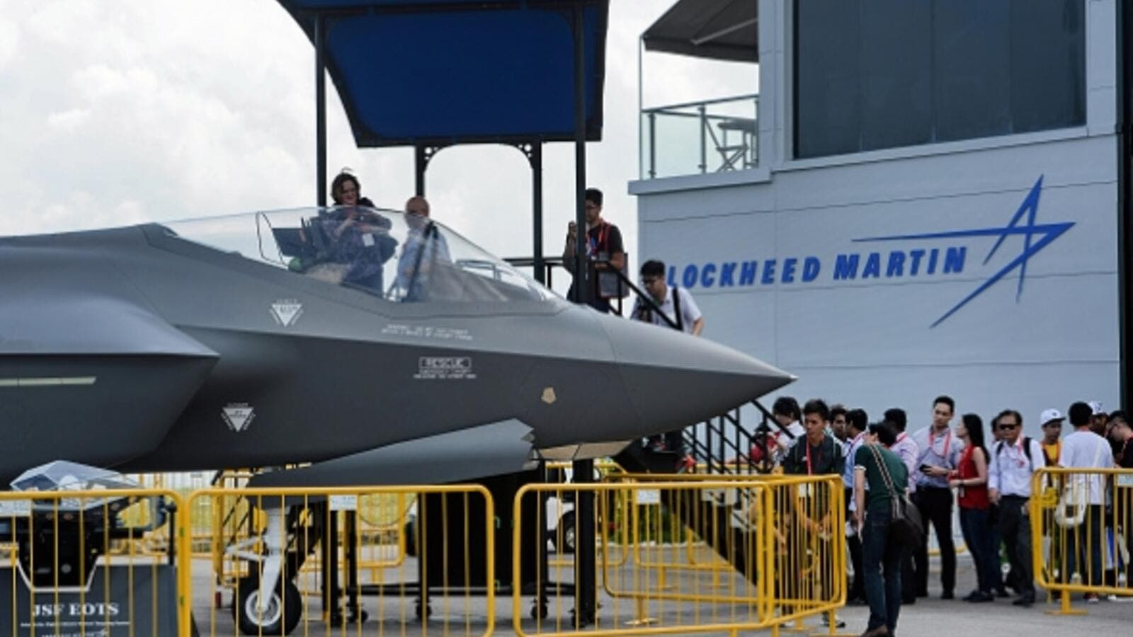 Visitors queue to have closer look at a static display of a Lockheed Martin F-35 at the Singapore Airshow in Singapore on February 18, 2016. (AFP/Roslam Rahman)