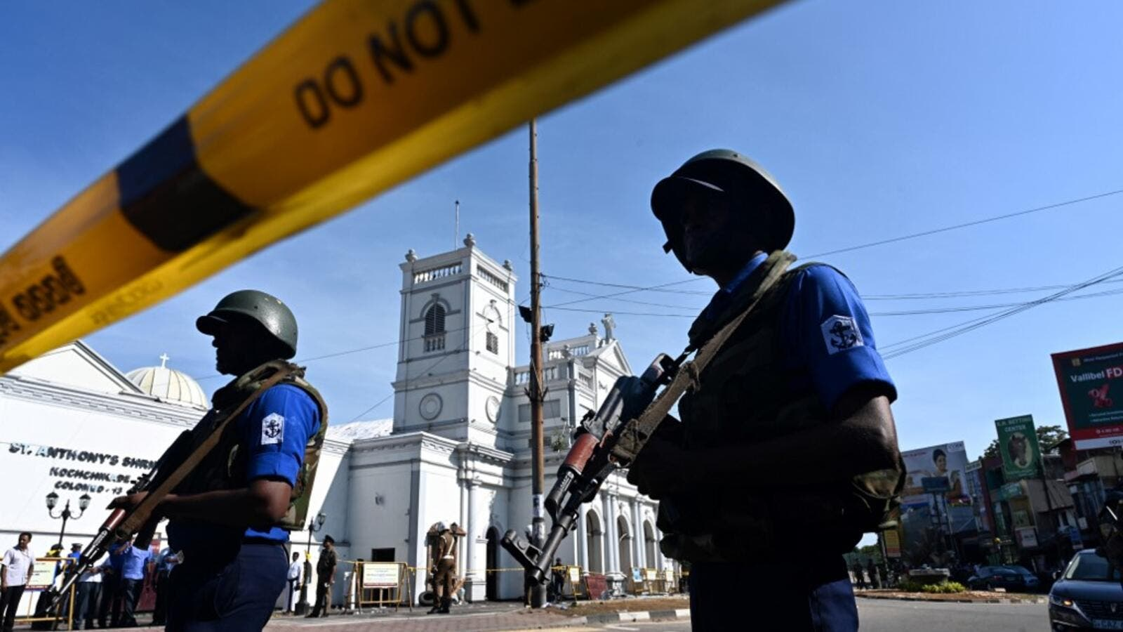 Security personnel stand guard outside St. Anthony's Shrine in Colombo on April 22, 2019, a day after the church was hit in a series of bomb blasts targeting churches and luxury hotels in Sri Lanka.  Jewel SAMAD / AFP