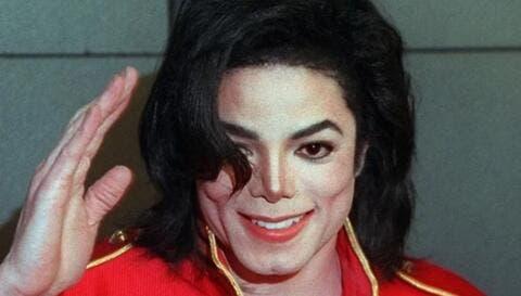 طقم أسنان وقطارة وريدية ملطخة بالدم.. شاهد أغرب ما عرض في المزاد العلني من ممتلكات مايكل جاكسون