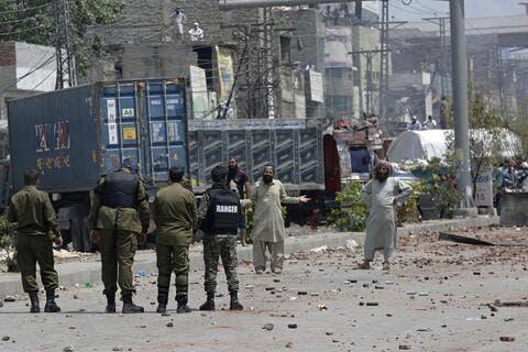 إطلاق سراح 11 شرطياً باكستانياً احتجزهم متظاهرون مناهضون لفرنسا