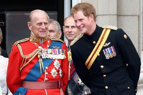 الأمير هاري يعود للملكة المتحدة لوداع جدّه.. وابتسامة للكاميرا في أول ظهور له!