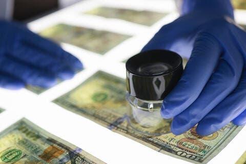 12طريقة بسيطة لتمييز الدولار الاصلي من المزور