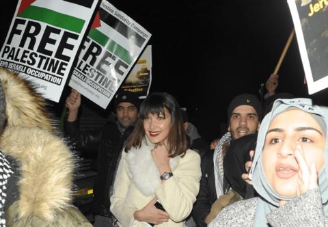 بعد تعرّضها لانتقادات بأنها معادية للسامية.. بيلا حديد تبكي من أجل فلسطين!