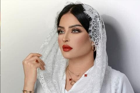 بدور البراهيم بفستان مكشوف الصدر..