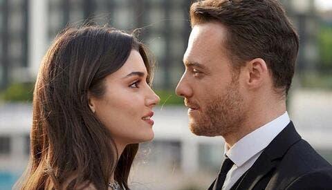 كرم بورسين بمشهد رومانسي حميمي مع امرأة أخرى.. فهل يخون هاندا آرتشيل؟