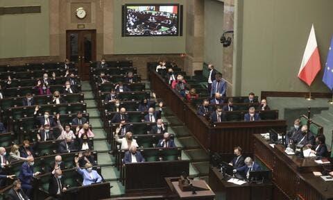 قلق أميركي وغضب إسرائيلي بعد إقرار البرلمان البولندي لقانون