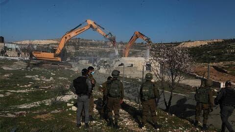 مستوطنون يقتحمون الاقصى والجيش الاسرائيلي يهدم منشآت سكنية جنوبي الضفة