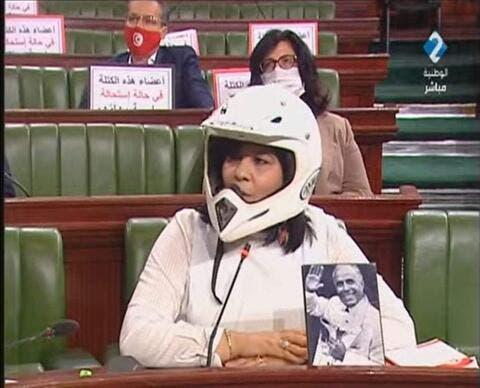 نائبة تونسية تحضر جلسة للبرلمان بخوذة وسترة مضادة للرصاص.. فيديو