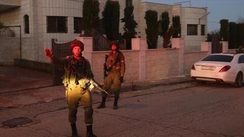 الجيش الإسرائيلي يداهم بلدة عقربا الفلسطينية ويفرض عليها إغلاقا مشددا