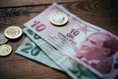 الليرة التركية تهبط من جديد بعد استبدال نائب رئيس البنك المركزي